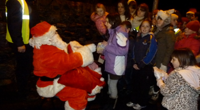 Big Crowd turns out to welcome Santa to Kilmurry 2012